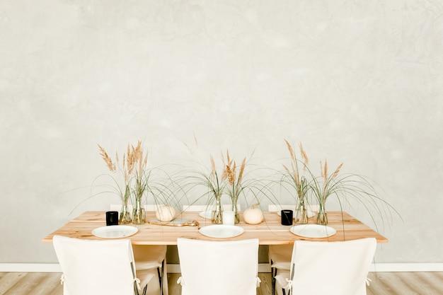 Interior mínimo de cozinha bege em estilo boho