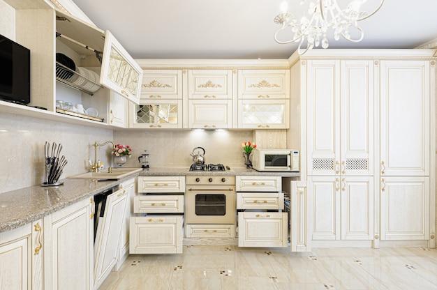 Interior moderno bege e creme da cozinha de luxo