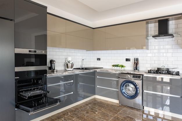 Interior moderno branco, bege e cinza cozinha de luxo
