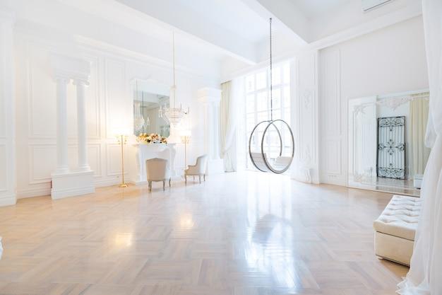 Interior moderno, claro e rico em estilo barroco com balanço