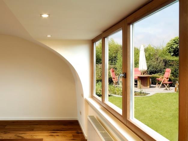 Interior moderno, com piso de madeira e mesa de jantar com cadeiras
