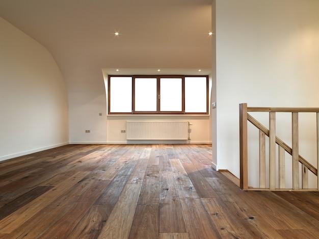 Interior moderno com piso de madeira