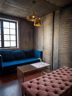 Interior moderno com sofá azul e paredes estilizadas