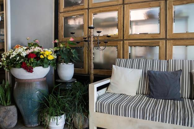 Interior moderno com sofá e travesseiros