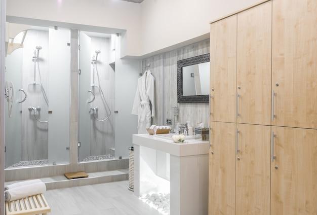 Interior moderno da cabina de duche com roupeiros