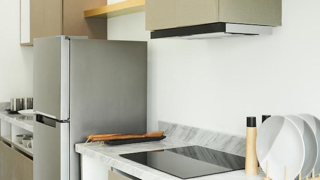 Interior moderno da cozinha com eletrodomésticos embutidos
