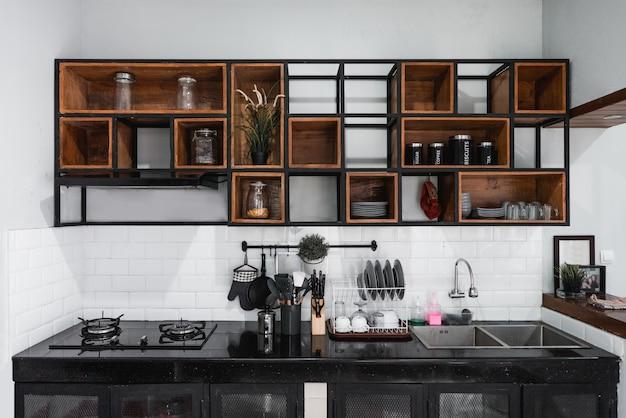Interior moderno da cozinha com fogão e pia