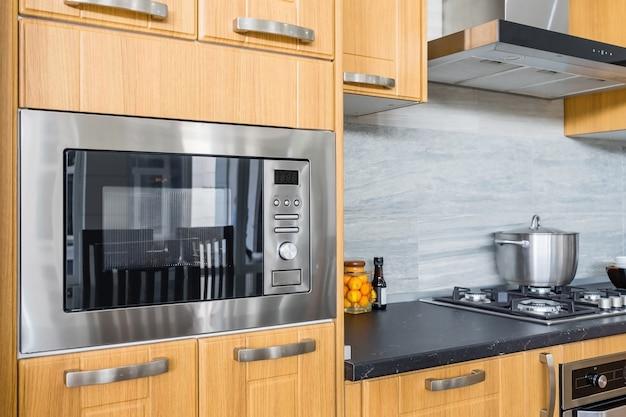Interior moderno da cozinha com forno novo