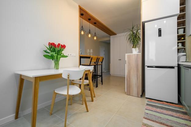 Interior moderno da cozinha verde-azulado aconchegante e branco