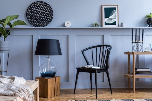 Interior moderno da sala de estar com console de madeira de design, espreguiçadeira, abajur, plantas, moldura de pôster, decoração e acessórios pessoais elegantes em uma decoração elegante.