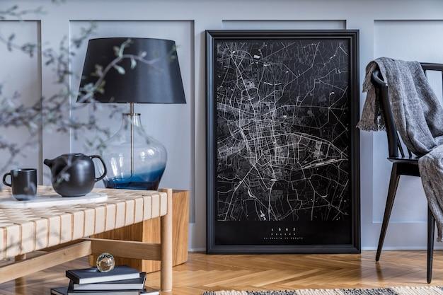 Interior moderno da sala de estar com console de madeira de design, espreguiçadeira, lâmpada, plantas, moldura de pôster simulada, decoração e acessórios pessoais elegantes em uma decoração elegante.