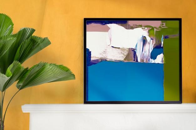 Interior moderno da sala de estar com porta-retratos e plantas