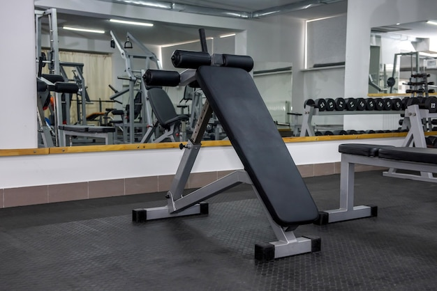 Interior moderno de academia leve com equipamentos diferentes