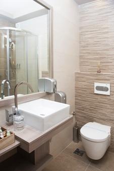 Interior moderno de banheiro com pia e vaso sanitário