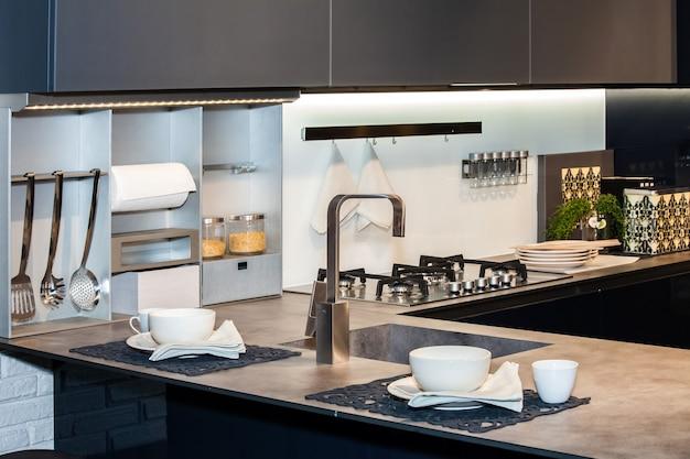 Interior moderno de cozinha leve com painel de fogão a gás