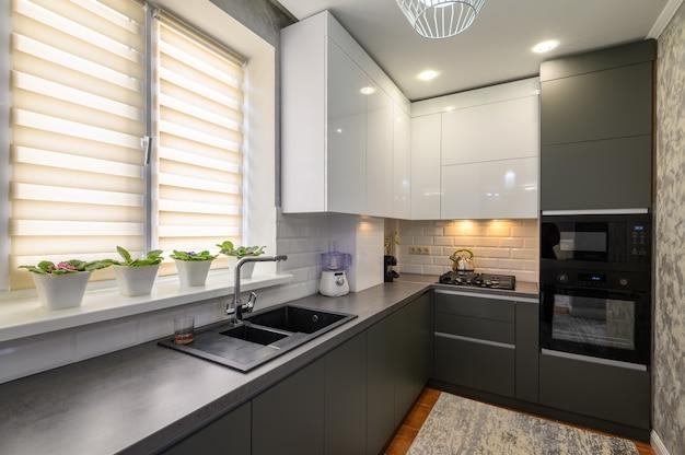 Interior moderno de cozinha pequena em cinza escuro