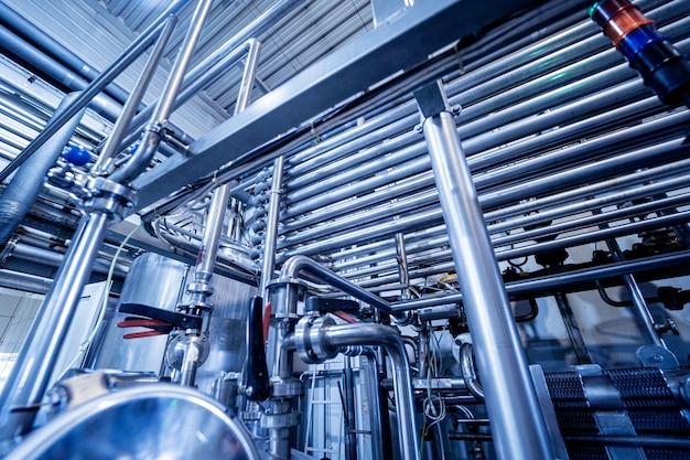 Interior moderno de uma fábrica de bebidas com barris e cachimbos