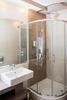 Interior moderno do banheiro com chuveiro e pia