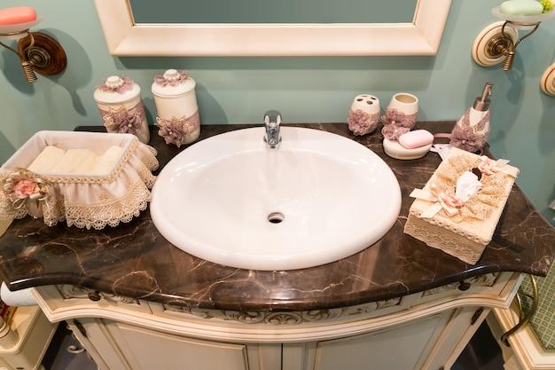 Interior moderno do banheiro da casa