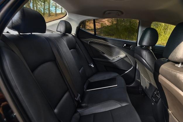 Interior moderno do carro - bancos traseiros com cintos de segurança