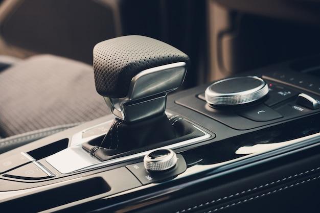 Interior moderno do carro, foto ascendente próxima do gearstick.