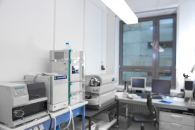 Interior moderno do laboratório fora de foco, incluindo equipamentos