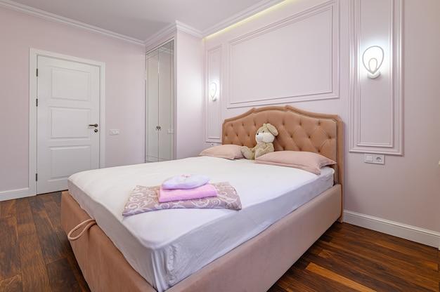 Interior moderno do quarto com cama de casal