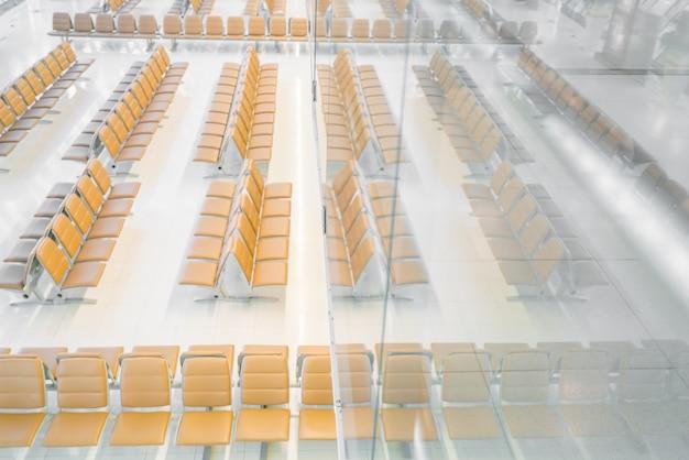 Interior moderno do salão de espera do aeroporto.