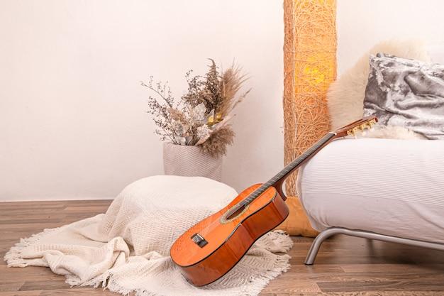 Interior moderno e acolhedor da sala de estar com uma guitarra.