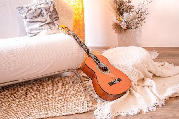 Interior moderno e aconchegante da sala de estar com um violão.