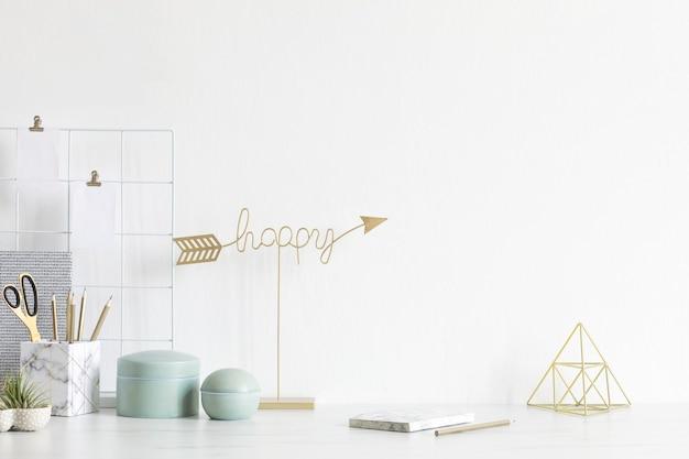 Interior moderno e elegante com acessórios elegantes, suprimentos, notas, bastões de memorando, lápis e agenda na decoração escandinava. conceito de escritório em casa. copie o espaço.