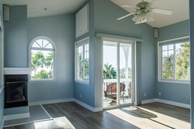 Interior moderno e moderno de uma sala de estar com paredes azuis e janelas brancas
