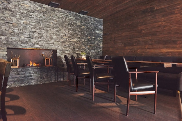 Interior moderno e simples café com móveis clássicos de madeira