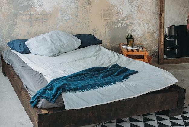 Interior moderno eco loft no quarto, piso de concreto, cama, minimalismo