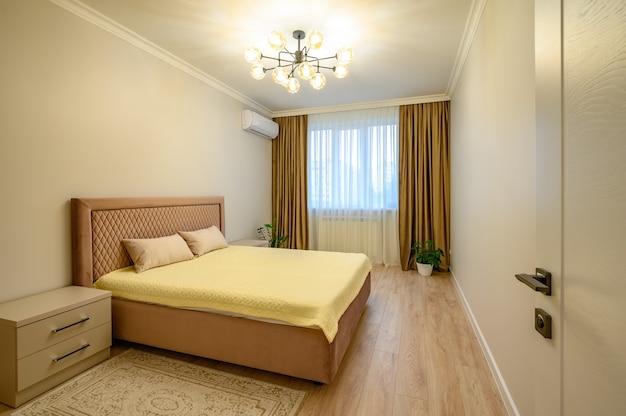 Interior moderno em bege e marrom do quarto com cama de casal