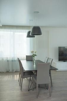 Interior moderno em cores preto, branco e cinza.