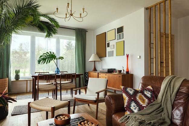 Interior moderno escandinavo da sala de estar com móveis retro de design, palmeira tropical, parede da galeria, decoração e acessórios pessoais elegantes na decoração da casa com estilo.