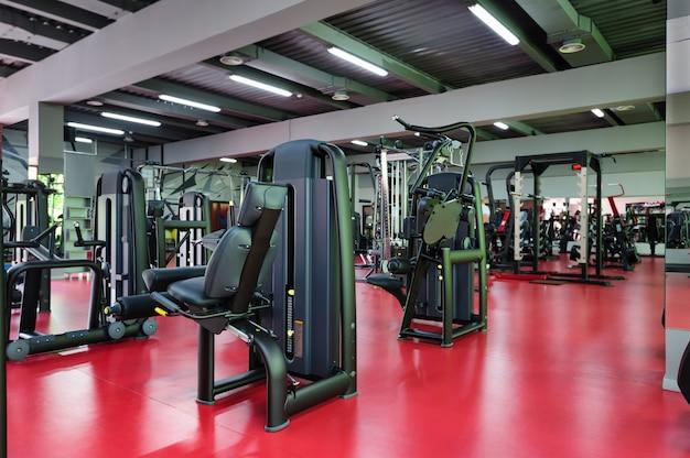 Interior moderno ginásio com equipamento