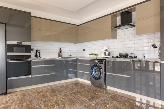 Interior moderno luxuoso da cozinha do branco, o bege e o cinzento