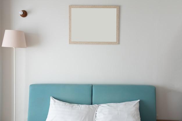 Interior moderno quarto com luz da lâmpada, moldura e cama.