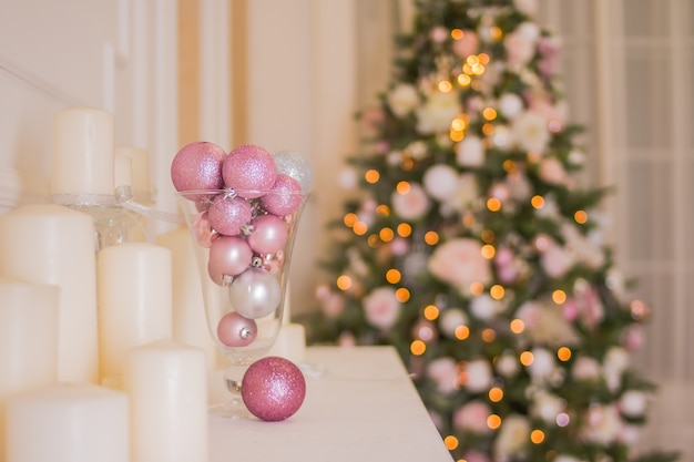 Interior natal árvore, lareira natal, em, cor-de-rosa, decorado, dentro, quarto fantasia
