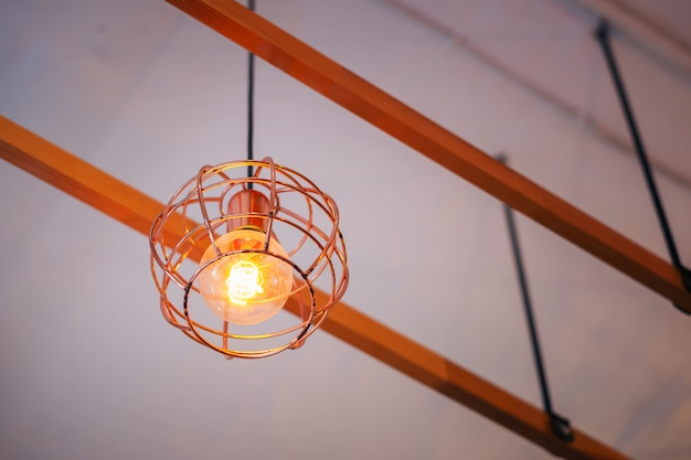 Interior ou restaurante da cozinha do vintage com a lâmpada grande na luz dourada. estilo loft, moderna sala de estar