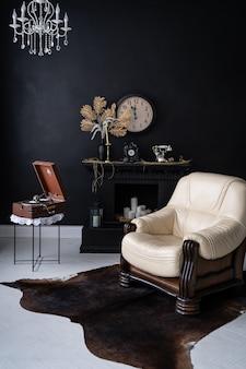 Interior retro vintage. interior retro da sala de estar em cores pretas escuras. cadeira de couro retrô e lareira