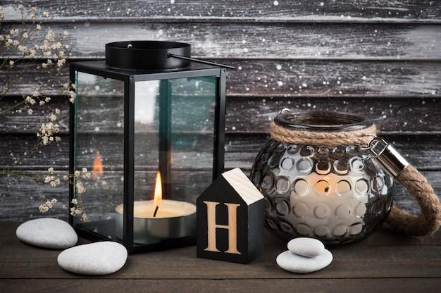 Interior rústico de velas acesas