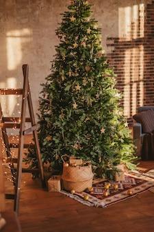 Interior rústico decorado para o ano novo. árvore de natal em uma aconchegante sala de estar.