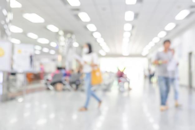 Interior turva de hospital ou clínica com pessoas