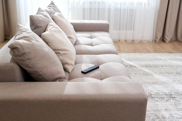Interior vazio da sala de estar moderna com sofá grande