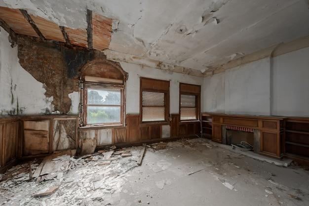 Interior vazio de uma mansão abandonada