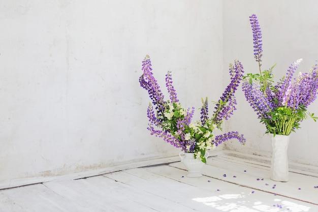 Interior vintage branco com flores