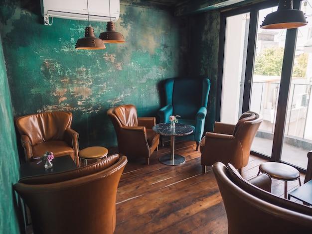 Interior vintage com cadeiras marrons e paredes azuis